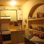 Rafturi deschise pentru mirodenii în interiorul bucătăriei
