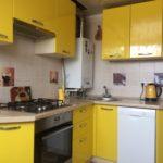 Bucătărie galbenă într-o clădire de apartamente