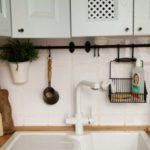Depozitarea ustensilelor de bucătărie deasupra chiuvetei