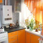 Perdele portocalii pe fereastra bucătăriei