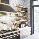 Pereți din cărămidă în bucătăria în stil mansardă