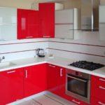 Mobilier roșu și alb pentru bucătăria unei case de țară