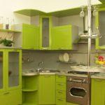 Bucătărie verde cu bar de mic dejun