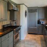 Bucătărie într-o casă privată în nuanțe de gri