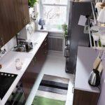 Covor cu dungi pe podeaua de bucătărie îngustă