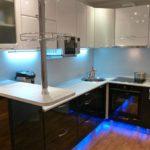 Unitate de bucătărie cu iluminare neon cu un bar pentru micul dejun