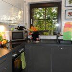 Fațade întunecate ale unei bucătării așezate într-o casă de țară