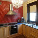 Punerea în diagonală a plăcilor roșii pe peretele bucătăriei