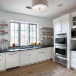 Design de bucătărie al unei case de țară cu aparate încorporate