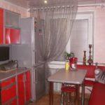 Colț de bucătărie cu tapițerie roșie în designul bucătăriei