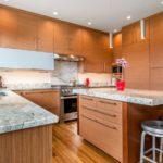 Spoturi pe tavanul bucătăriei cu mobilier maro