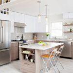Interiorul bucătăriei de dimensiuni medii într-o casă privată