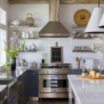 hota din inox din bucătăria în stil mansardă