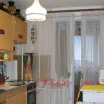 Bucătărie într-o casă cu panou cu ușă la balcon