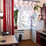 Frigider cu magneți lângă fereastra bucătăriei
