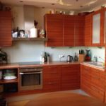 Fațadele unui set de bucătărie din scânduri din lemn