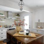 Candelabru retro pe tavanul bucătăriei