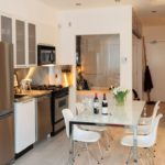 Scaune albe pentru o bucătărie modernă