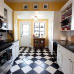 Placi ceramice alb-negru pe podeaua bucătăriei