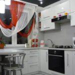 Perdele multicolore pe fereastra bucătăriei