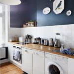 Culoare albastru închis în bucătărie cu mobilier alb