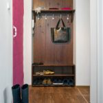Cintre en bois et étagères à chaussures ouvertes