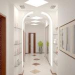 Éclairage lumineux d'un couloir étroit