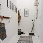 Long tapis dans le couloir blanc