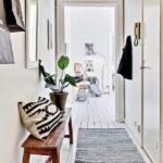 Banc en bois dans le couloir blanc
