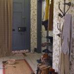 Papier peint en papier sur les murs d'un petit couloir