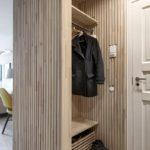 Meubles en bois dans le couloir d'une maison à panneaux