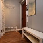 Murs gris dans un petit couloir