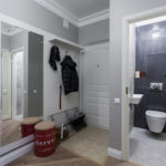 Grand miroir à l'intérieur du couloir