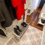 Étagère à chaussures sur linoléum dans le couloir