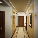 Décorer les murs d'un couloir étroit avec des peintures