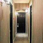 Papier peint à fines rayures à l'intérieur du couloir