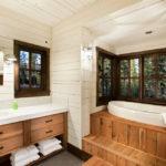 Bain sur un podium en bois dans une maison privée