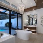Lustre en cristal à l'intérieur de la salle de bain
