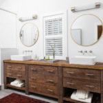 Salle de bain avec deux lavabos sur un piédestal en bois