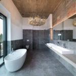Lustre dans le décor de la salle de bain