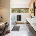 Miroirs à l'intérieur de la salle de bain
