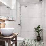 Plantes vivantes dans le décor de la salle de bain