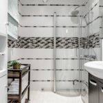 Mosaïque grise à l'intérieur de la salle de bain