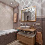 Miroir dans un cadre en bois au-dessus du lavabo