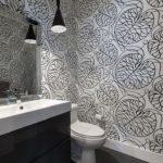 Intérieur de salle de bain gris et blanc
