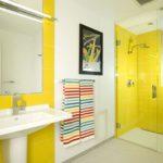 Intérieur de salle de bain lumineux avec une photo sur le mur