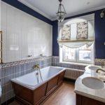 Salle de bain de style rétro avec fenêtre.