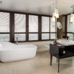Salle de bain spacieuse avec de grandes fenêtres