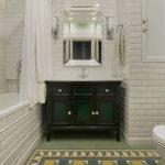 Armoire noire avec lavabo dans une baignoire blanche