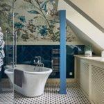 La conception de la salle de bain dans le grenier d'une maison de campagne